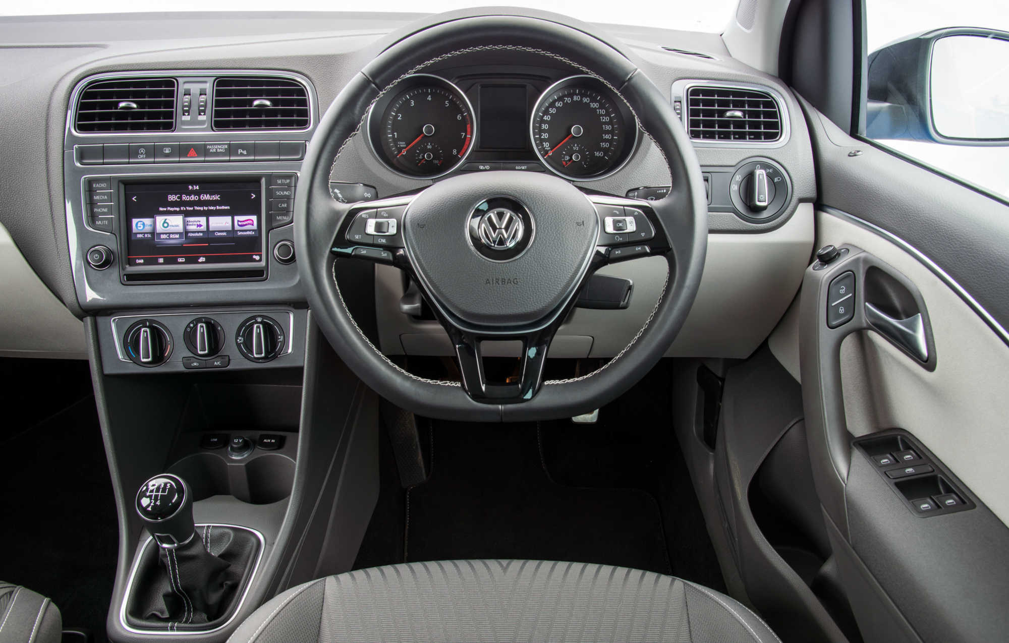 Volkswagen polo hatchback review car keys for Interior volkswagen polo